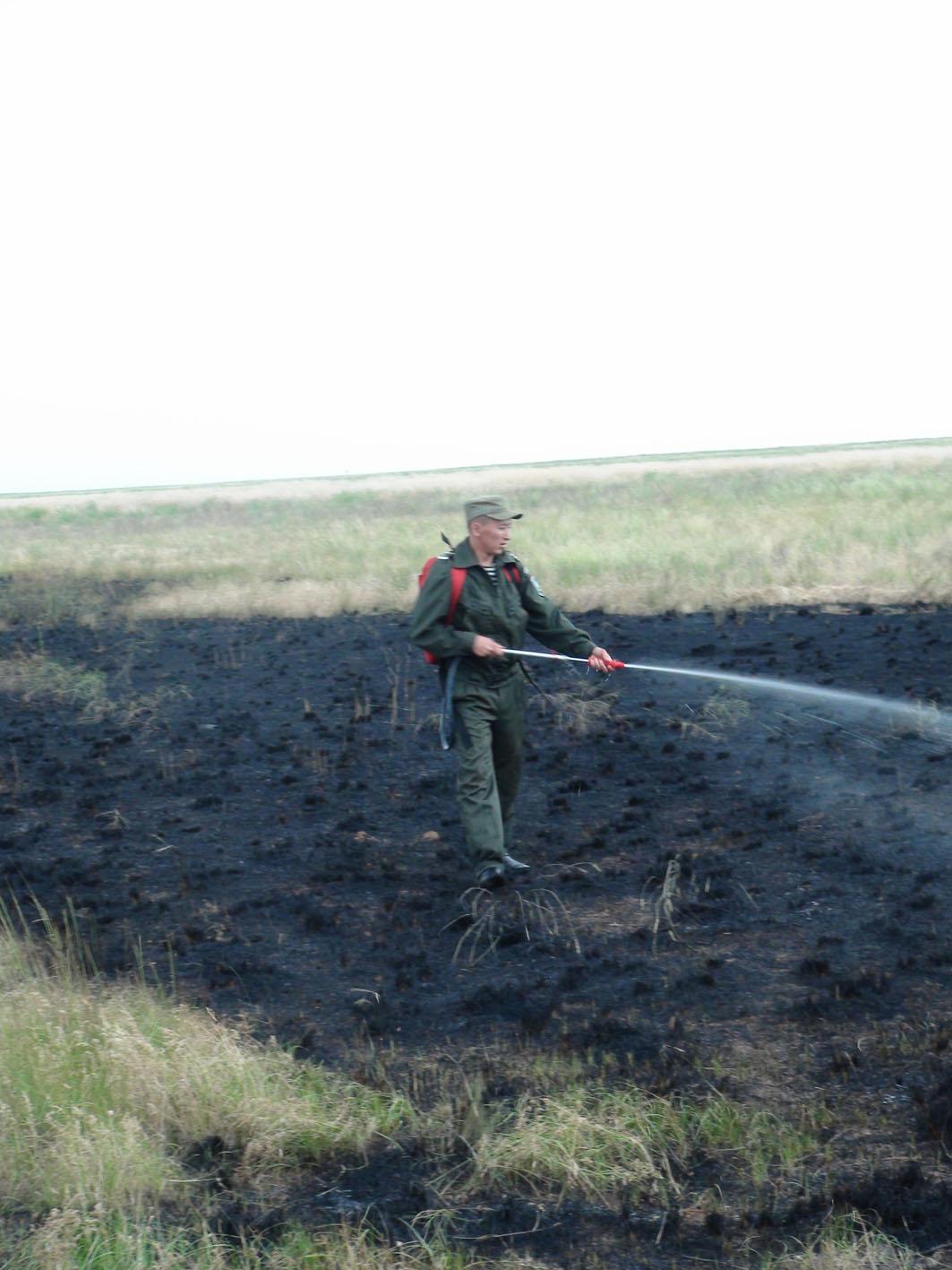"""Тушение степного пожара. Заповедник """"Черные Земли"""", Калмыкия. 28 июля 2010"""