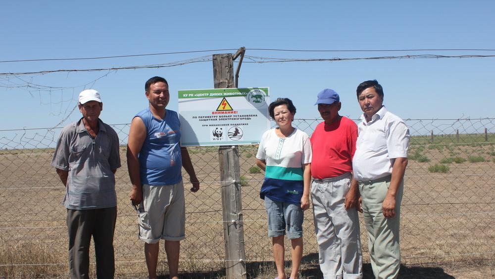 Директор сайгачьего питомника Ю.Н. Арылов с сотрудниками возле установленной электроизгороди. Республика Калмыкия