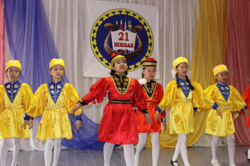 Театрализованное представление, посвященное Дню степи в школе № 21, Калмыкия, 18 апреля 2015 г.  Фото предоставлено Э.Б. Габунщиной