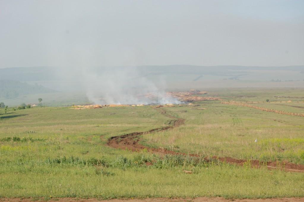 В степи горят свалки древесных отходов. Предбайкалье. Фото В. Рябцева